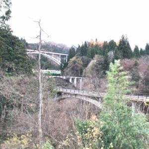 会津三島町の珍しい風景です。 アーチ橋が3連ちゃんです。 一番上が国道252号沼田街道、真ん中がJR只見線、一番下が県道237号線...